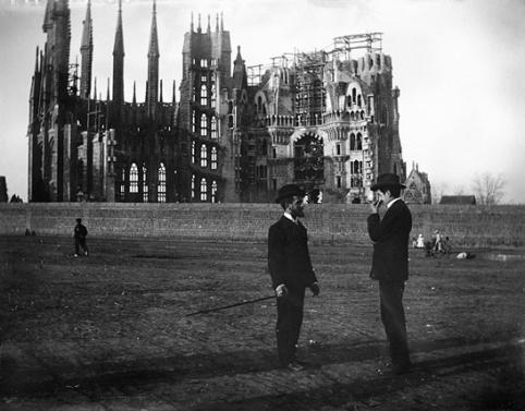 766px-Baldomer_Gili_Roig._La_Sagrada_Família,_1905_Copia_moderna_del_negatiu_original_de_vidre