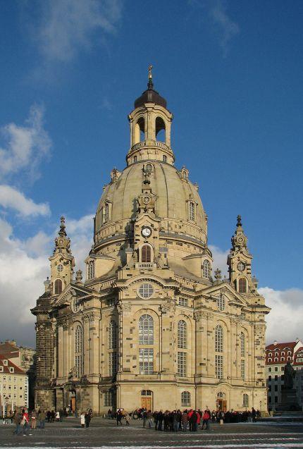 800px-100130_150006_Dresden_Frauenkirche_winter_blue_sky-2